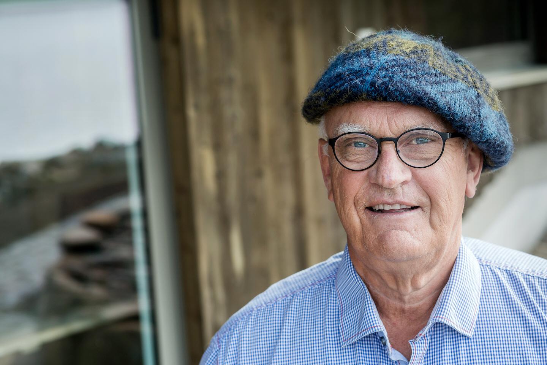 Fastighetsmiljardären Roger Akelius vill öppna gränserna för världens flyktingar och låta näringslivet ersätta statligt bistånd.