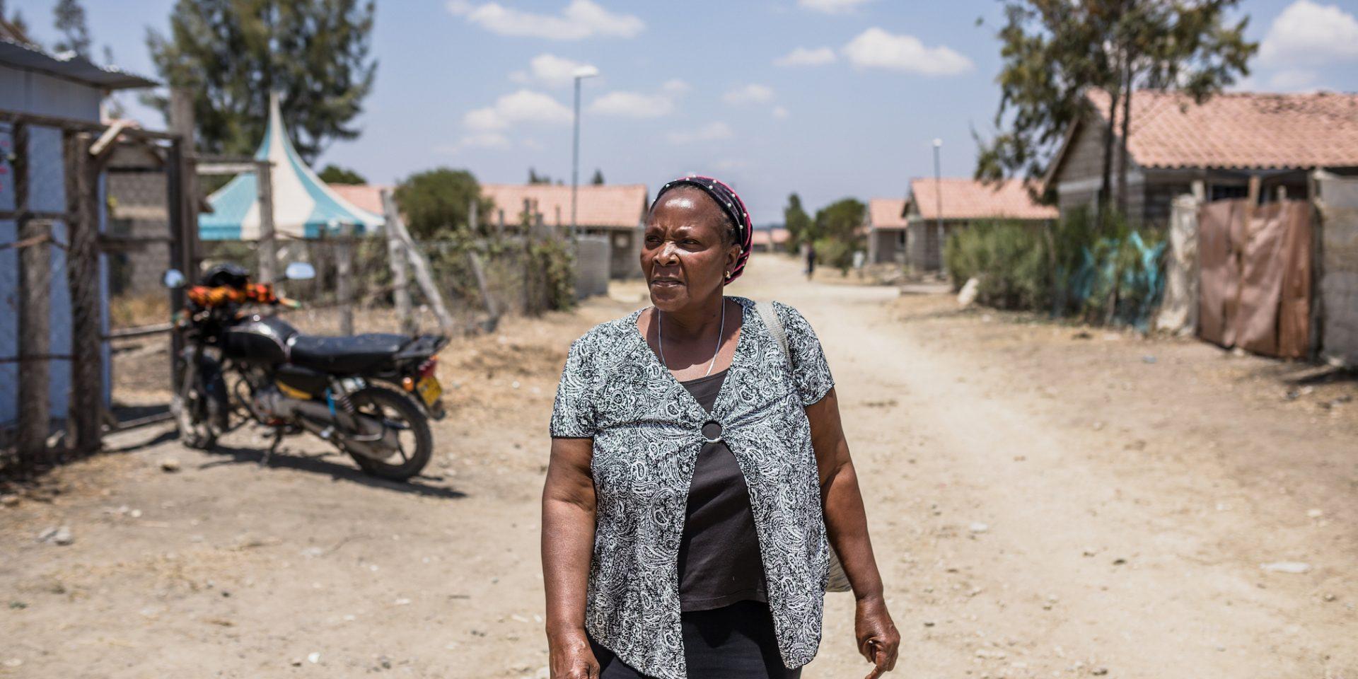 Claris Adiambo, bor i ett bostadsområde i Kenya byggt för fattiga människor med pengar från svenska kyrkor. Hon är orolig för vad som kommer hända om allt faller samman.