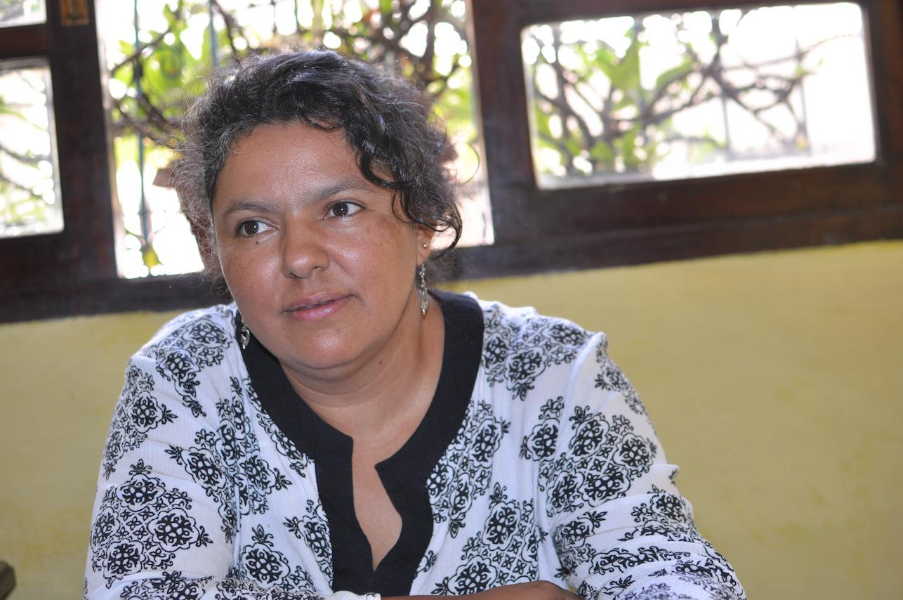 Berta Caceres var en känd honduransk bondeledare och miljöförsvarare. Hon vann ett prestigefyllt internationellt pris för sitt miljöengagemang. Men det räckte inte för att skydda henne. Berta Caceres mördades i sitt hem i La Esperanza, mitt i natten, i mars 2016.