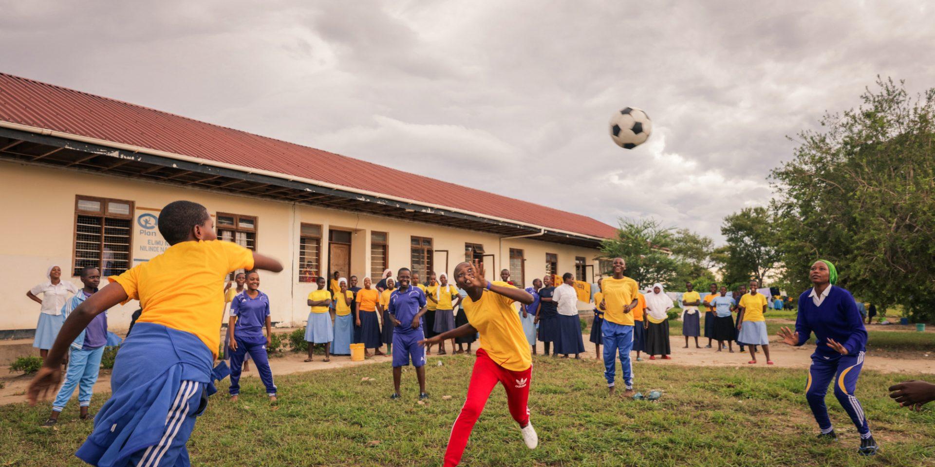 Ett av flickors många hinder för utveckling är barnäktenskap. Men nu har Tanzania förbjudit flickor under 18 att gifta sig. På en skola i distriktet Kibaha kan flickor få hjälp med bostad för att kunna gå klart skolan.