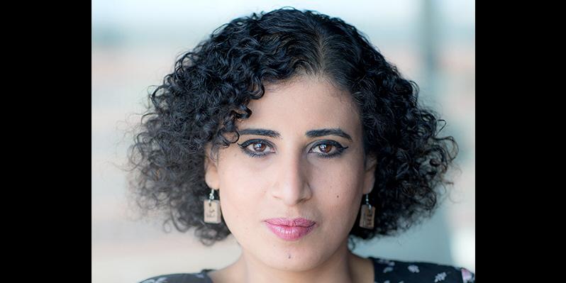 """""""I Gaza lever man under många olika förtryck, krig och våld. Litteraturen blev en plats för mig att känna mig säker, och upptäcka att vi människor har mycket gemensamt"""", säger Sahar Mousa."""