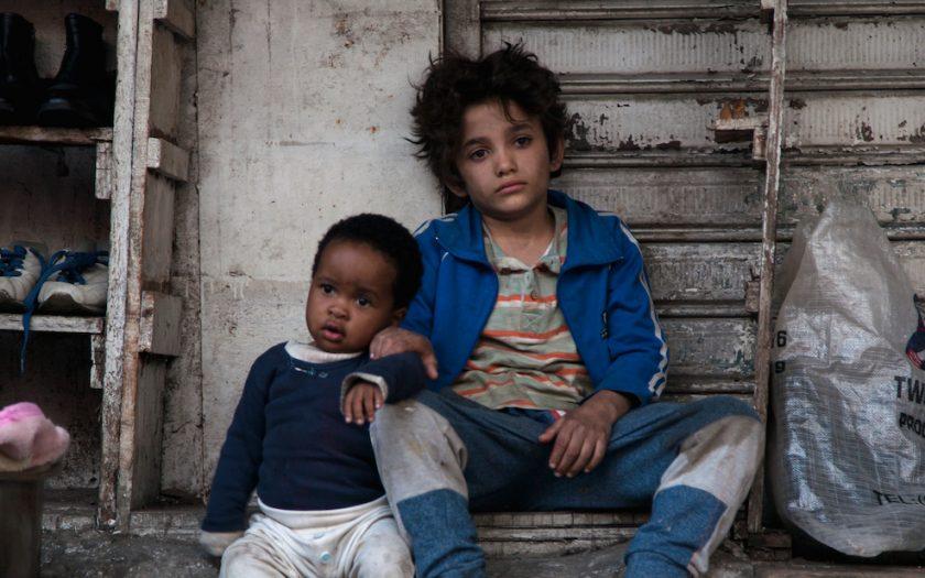 I filmen Kapernaum spelar den syriska flyktingen Zain Al Rafeea ett papperslöst gatubarn som får ta hand om Yonas, spelad av Boluwatife Treasure Bankol.