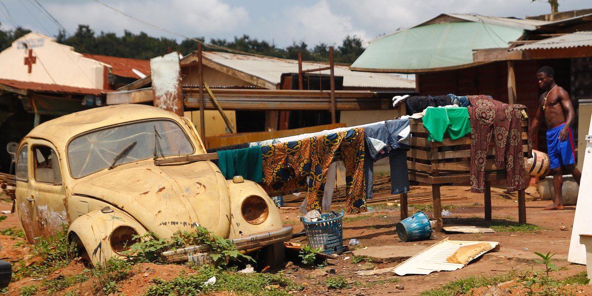 Länder som drabbas av extrem fattigdom har ofta har svåra problem att tackla. Människor kämpar alla odds och här hänger en man sin tvätt mot en gammal bil i en fattig stadsdel utanför Lagos, Nigeria.