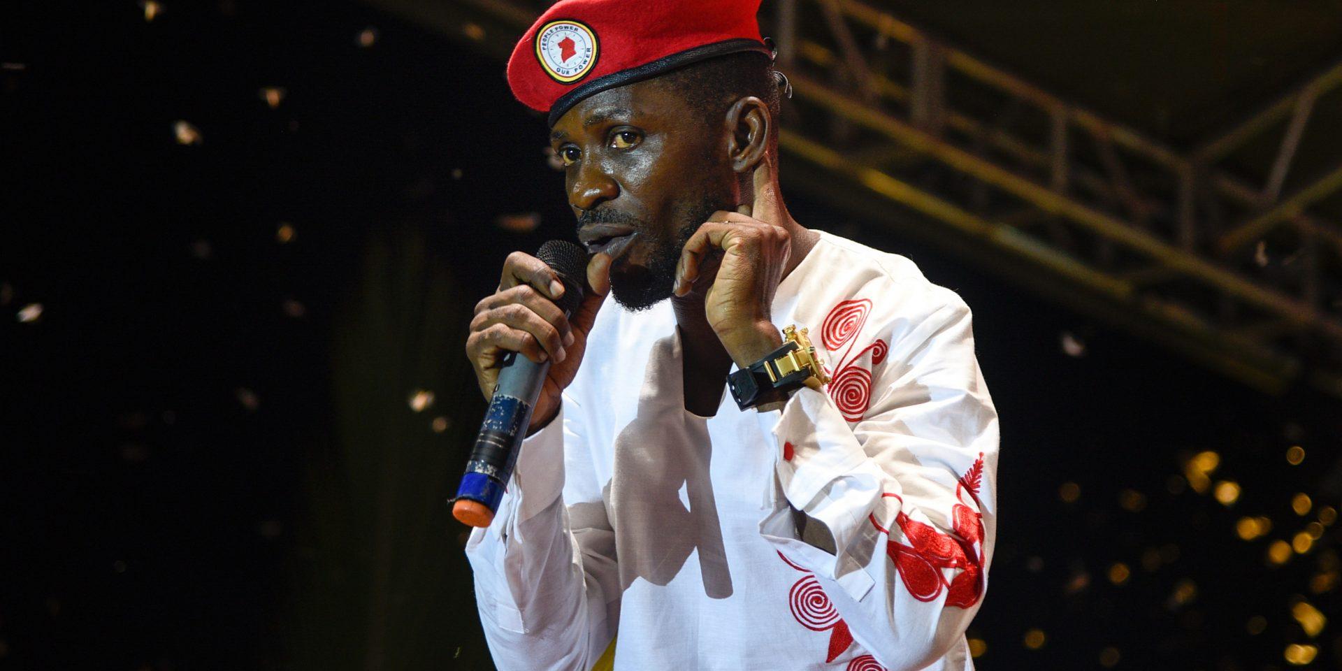 Robert Kyagulanyi är politiker och musiker, mer känd som Bobi Wine. Här uppträder han i en förort till Kampala i Uganda (november 2018), många av hans konserter har stängts ner av polis. Bobi Wine ser det nya förslaget som en attack mot konsten i Uganda.