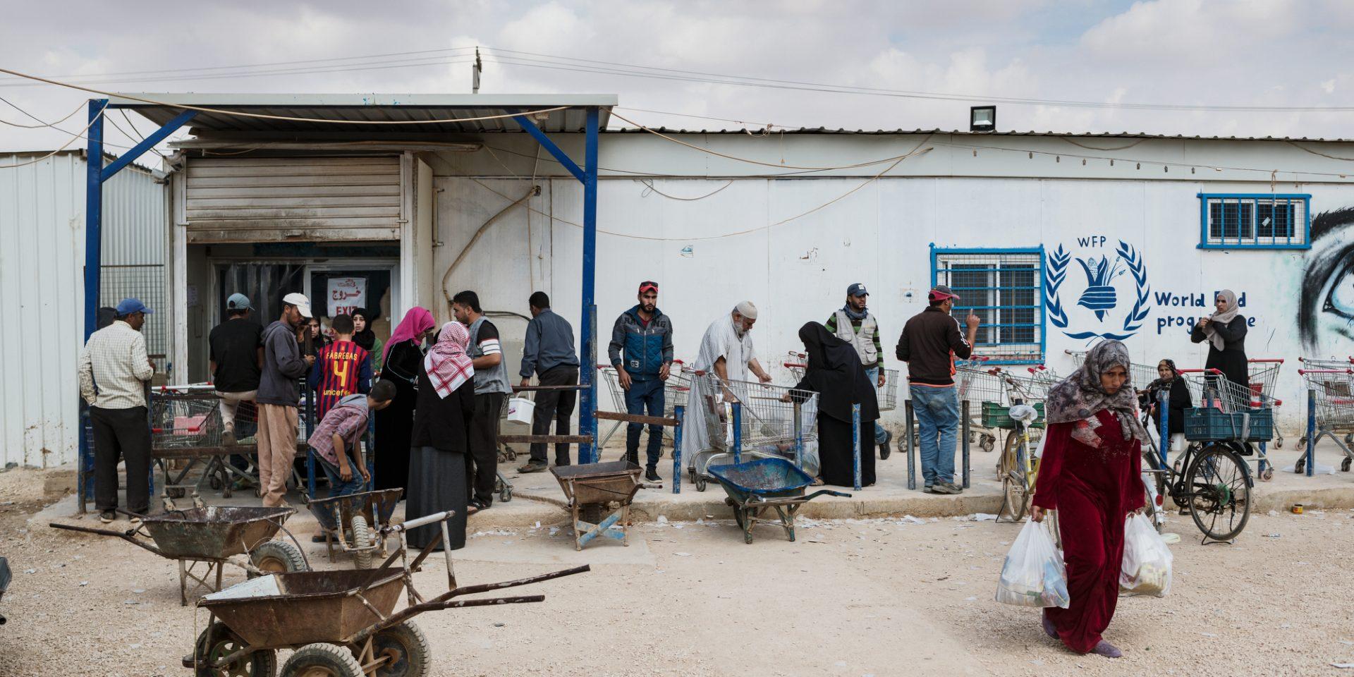 Människor utanför en av de två mataffärerna i flyktinglägret Zaatari i Jordanien.