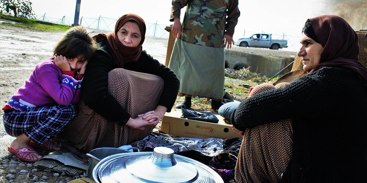 – Nadia Murad är en förebild för andra yazidiska kvinnor. Förhoppningsvis kan hon uppmuntra andra överlevare att våga prata om det som hänt, säger Shaha Shukur, som i brist på sysselsättning i flyktinglägret bakar bröd tillsammans med sin mamma Tawra (i bakgrunden) och kusin Hazu.