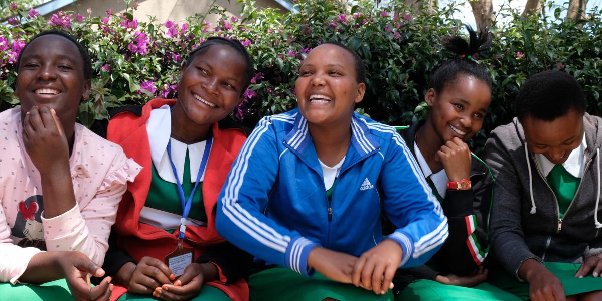 Blivande sjuksköterskor och barnmorskor i Tanzania. De är alla överens om att preventivmedel borde vara en självklarhet för alla flickor och kvinnor, tvärtemot vad president John Magufuli tycker.