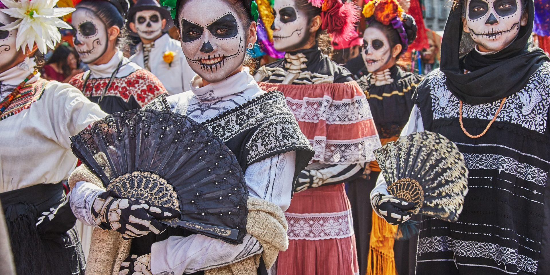 På Día de Muertos ska de döda firas, inte sörjas och begråtas. Detta sker natten mellan den förste och andre november varje år, en stor festdag i Mexiko.