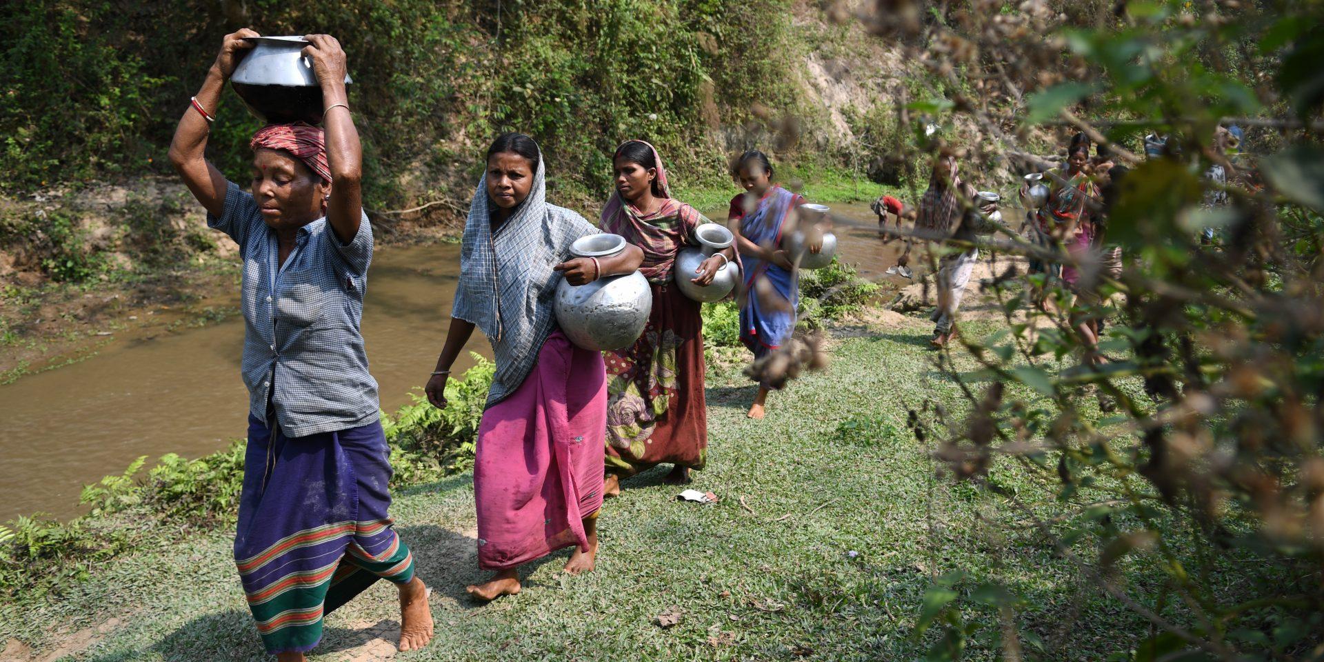 Kvinnor och flickor påverkas särskilt hårt av att sakna vatten och sanitet. Här hämtar kvinnor i byn Rupaichari, Khowai-distriktet I Indien, vatten.