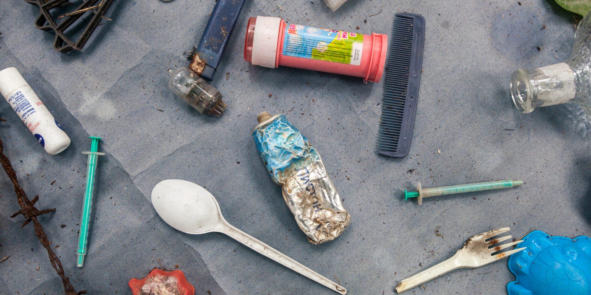 Över 60 länder har infört olika förbud mot plast, i kamp mot miljöförstöring och i jakt mot en renare värld. Bilden ovan visar på skräp som hittades i finsk-ryska nordhavet.