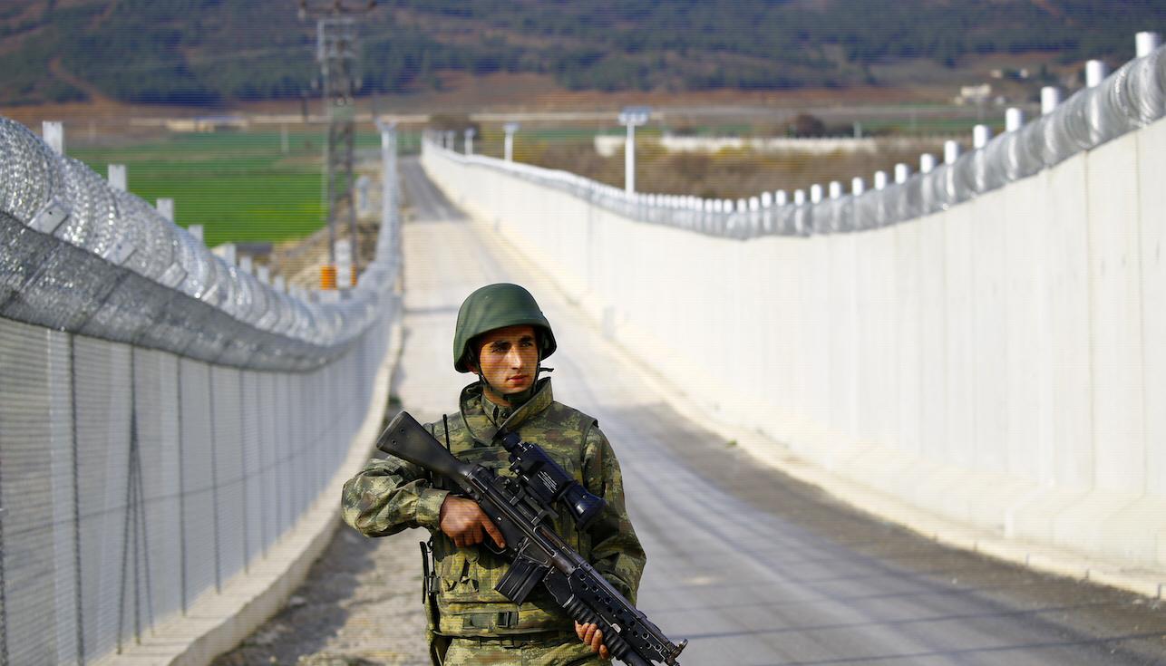 En turkisk soldat patrullerar gränsen till Syrien söder om staden Kills. Murens övervakningssystem gör det i princip omöjligt att fly, övervakningen är delvis finansierad av EU.