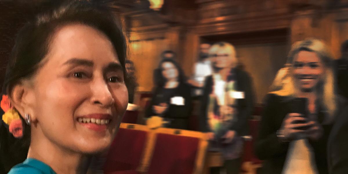 Glorian falnar. Aung San Suu Kyi har gått från hyllad fredsikon till starkt kritiserad för att hon inte tar ansvar för den etniska rensning som nu pågår i Burma. I juni besökte hon Sveriges riksdag.