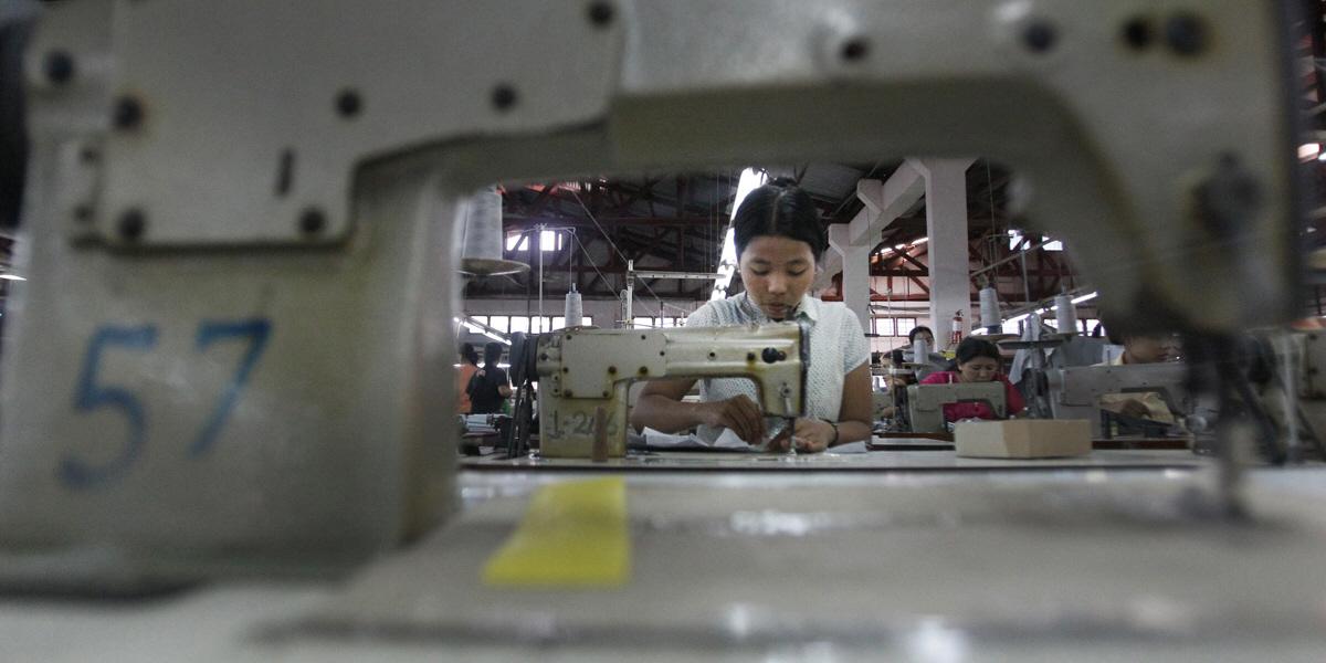 Kvinna på textilfabrik i Burma.
