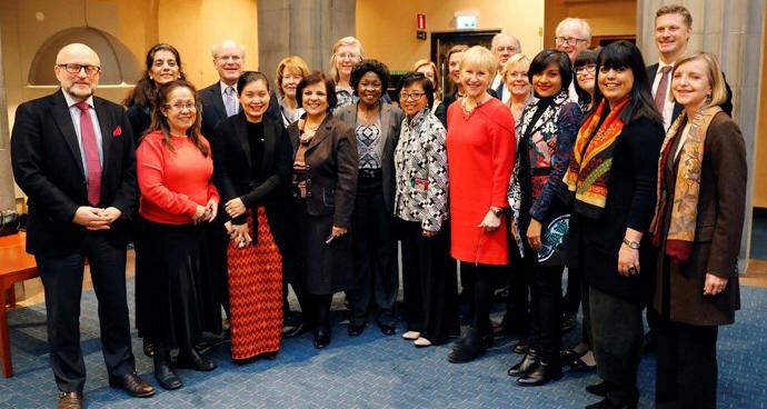 Utrikesminister Margot Wallström tillsammans med flera kvinnliga fredsmäklare samt representanter från civilsamhället, utländska regeringar, FN och EU.