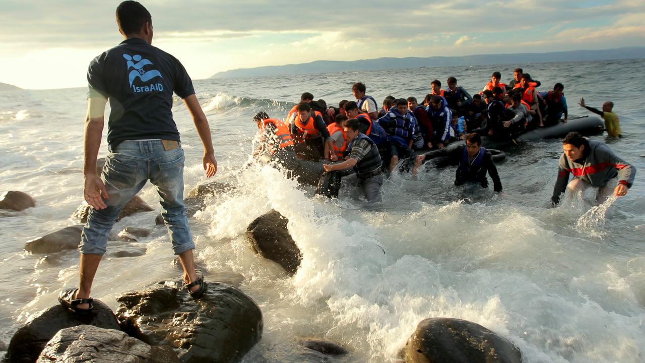 Flyktingbåt håller på att kapsejsa utanför Lesbos, Grekland. I ett internt EU-dokument föreslås nu att flyktingar och migranter inte längre ska få söka asyl inom EU:s gränser.
