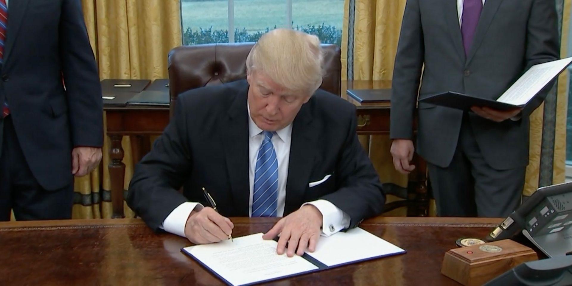 """Donald Trump skriver under """"Global gag-rule"""" somförbjuder alla internationella organisationer som får amerikanska biståndspengar att informera om aborter."""