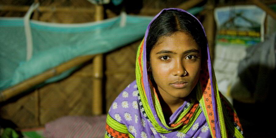 Fatema, 15, sitter på en säng i sitt hem i Khulna, Bangladesh. En lokal barnrättsgrupp lyckades, med hjälp av den lag som nu riskerar att luckras upp, att hindra att hon blev bortgift.