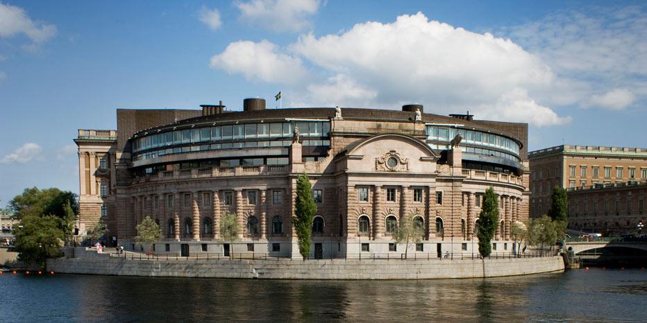Bara ett år efter att riksdagen antog en ny biståndspolitisk plattform river regeringen upp den. Nytt förslag väntas nästa år.