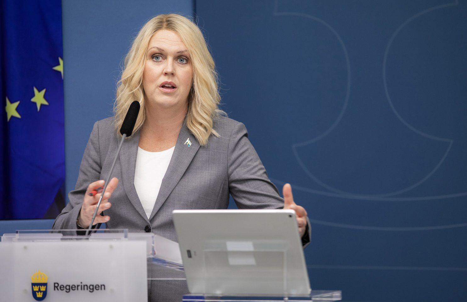 Socialminister Lena Hallengren har trots upprepade frågor valt att inte kommentera att hon medverkade på en FN-konferens med en människorättsförbrytare från Myanmar.
