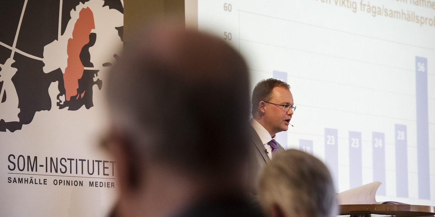 Professor Henrik Ekengren Oscarsson vid Göteborgs universitet konstaterar i en ny bok att svenskarnas minskande biståndsvilja hänger ihop med en högersväng i väljaropinionen.