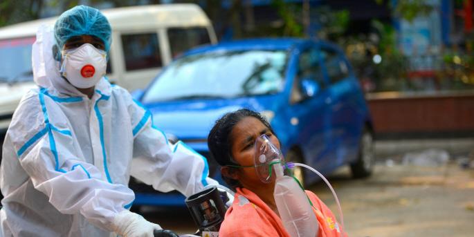 Bara den 30 april registrerade Indien fler än 3 miljoner fall av covid-19 och 3 500 dödsfall. Här förs en kvinna till universitetssjukhuset i Kolkata.