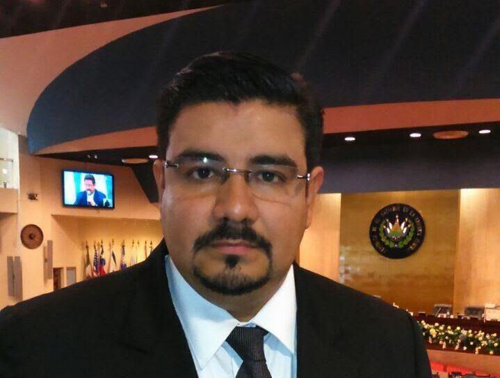 Under många år arbetade Víctor Menjívar som tv-journalist, innan han var tvungen att fly