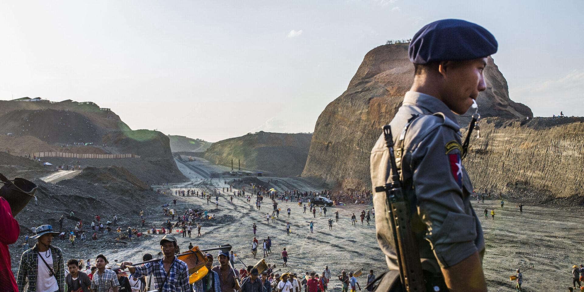 Polis bevakar arbetare vid jadegruva i Myanmar.