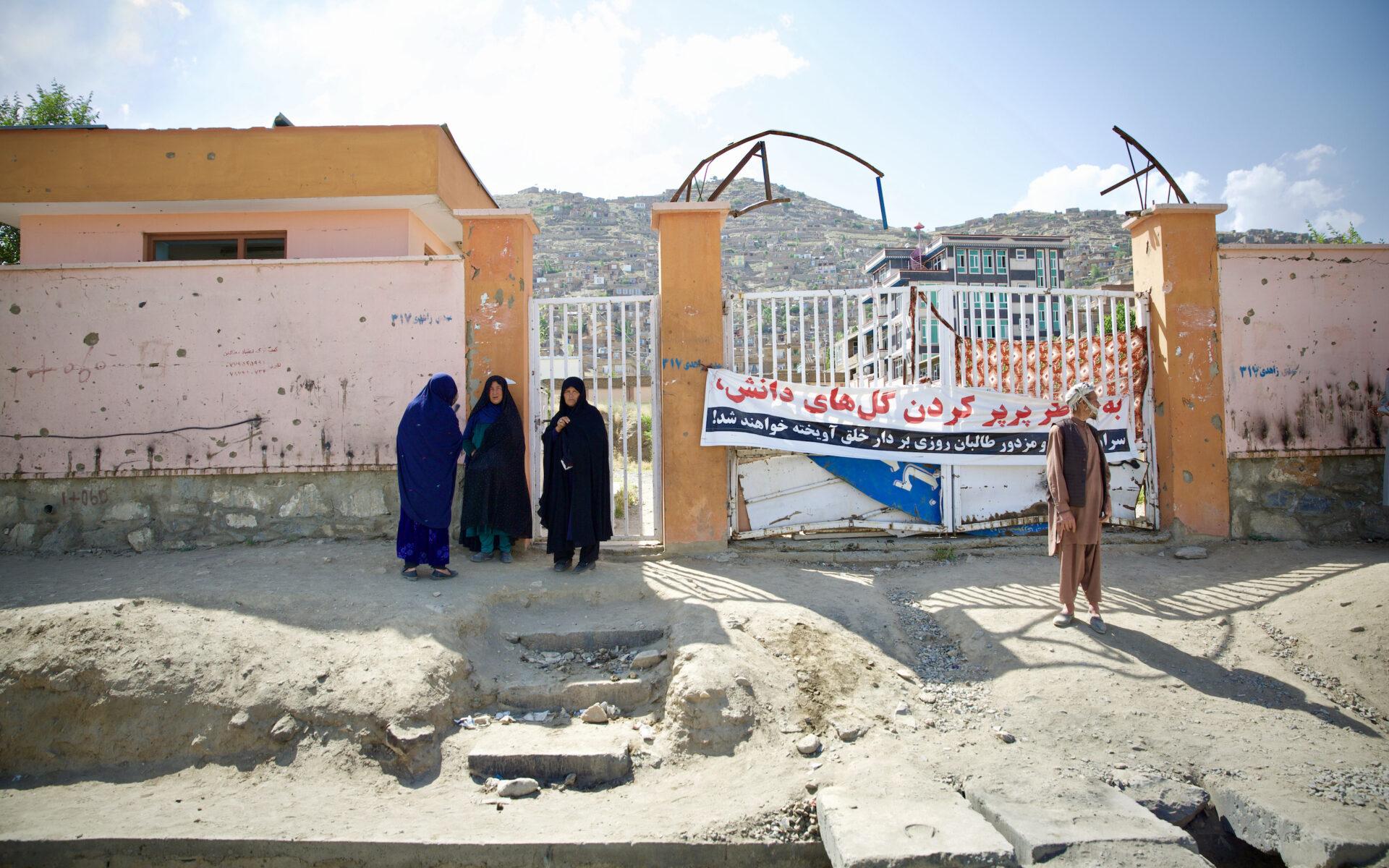 Utanför den skola som sprängts står mödrarna till flera av de skadade barnen
