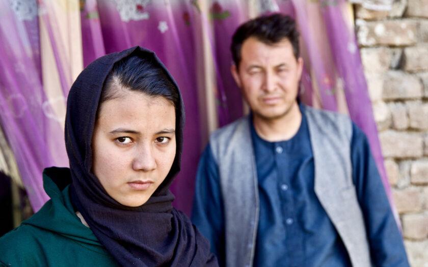 Samira skadades när hennes skola bombades. i bakgrunden hennes far.