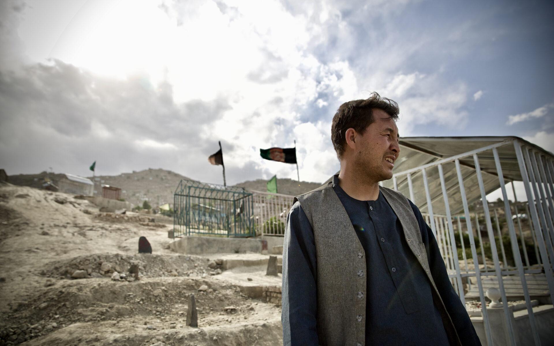 Atiqullah vid gravarna efter de dödade skolbarnen