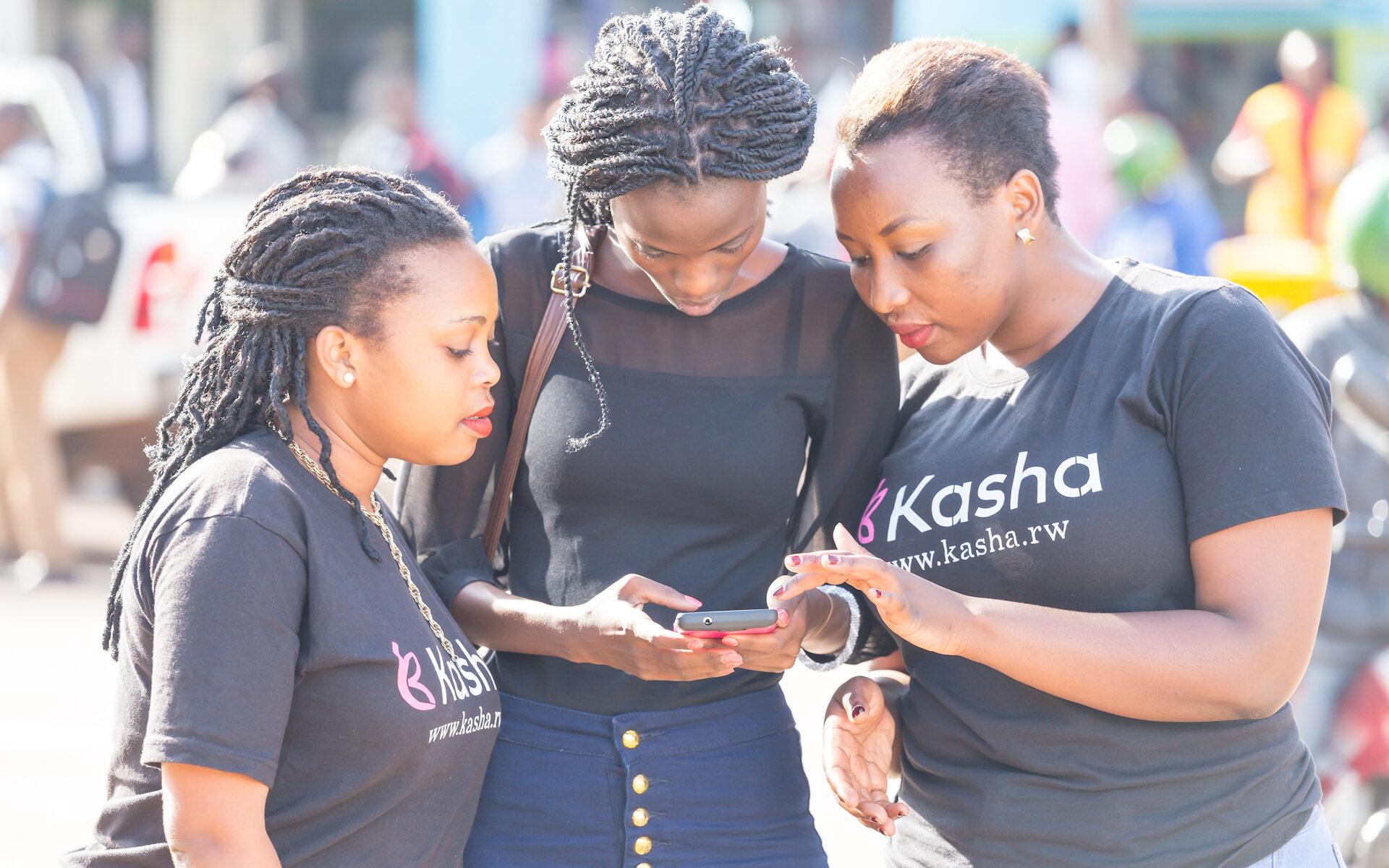 Flickor som agerar ambassadörer för företaget Kasha i Rwanda