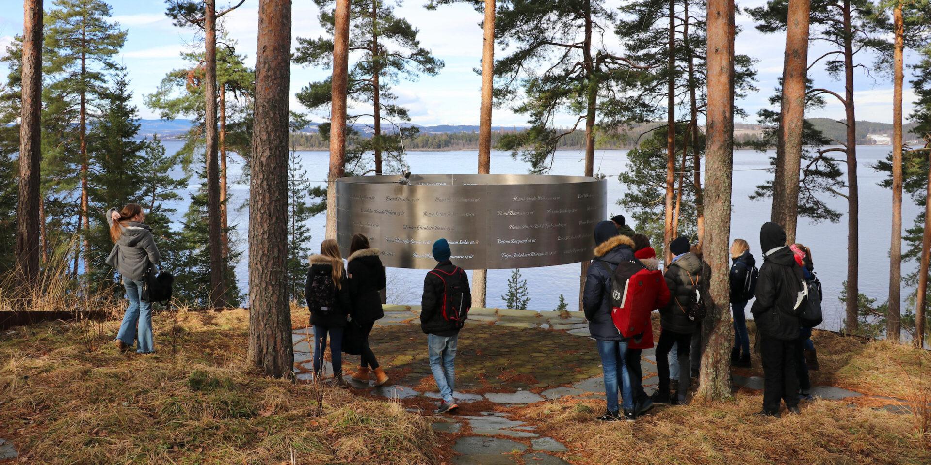 Konfirmander besöker minnesmärke för terrorattacken på Utøya.