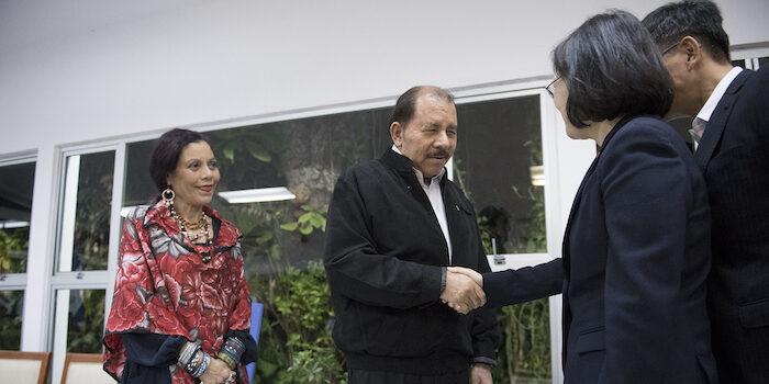 Nicaraguas presidentpar, Daniel Ortega och Rosario Murillo, tar emot statsbesök.