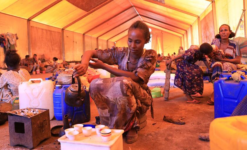 Trebarnsmodern Negesti Mebrahau häller upp te i flyktinglägret Mai Tsebri, i Tigray, Etiopien.