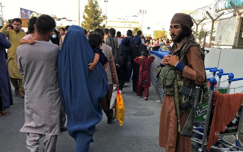 Utanför Kabuls flygplats väntar talibanerna på att de sista utländska soldaterna ska lämna landet.