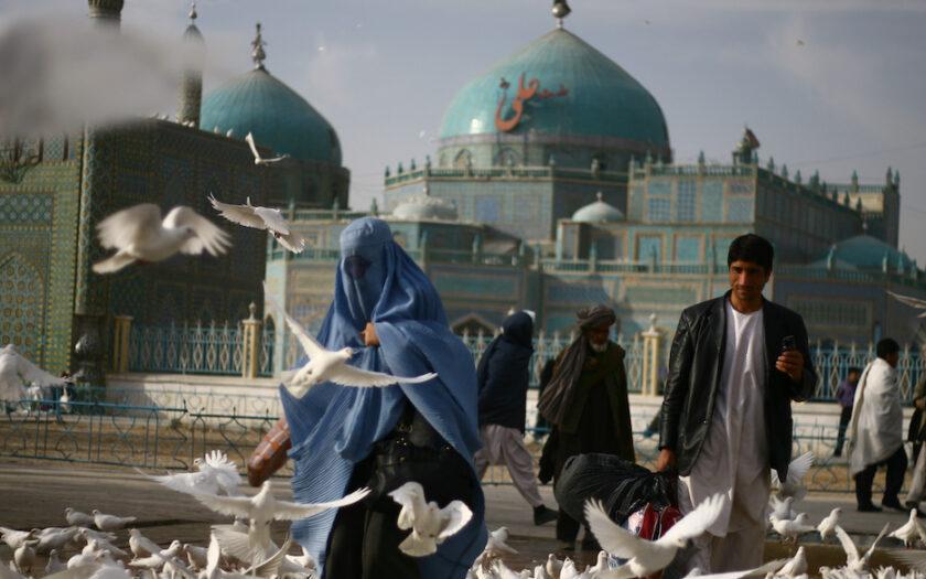 Med talibanerna riskerar många kvinnor, som här vid Blå moskén, i Mazar-e-Sharif, att förlora sina rättigheter.