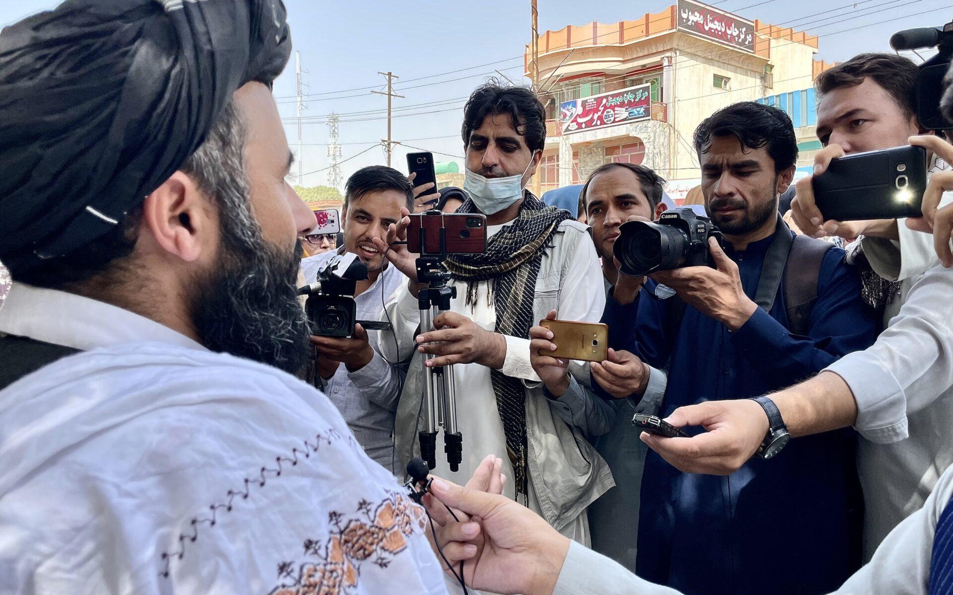 Journalister i Mazar-e-Sharif intervjuar en företrädare för talibanerna.