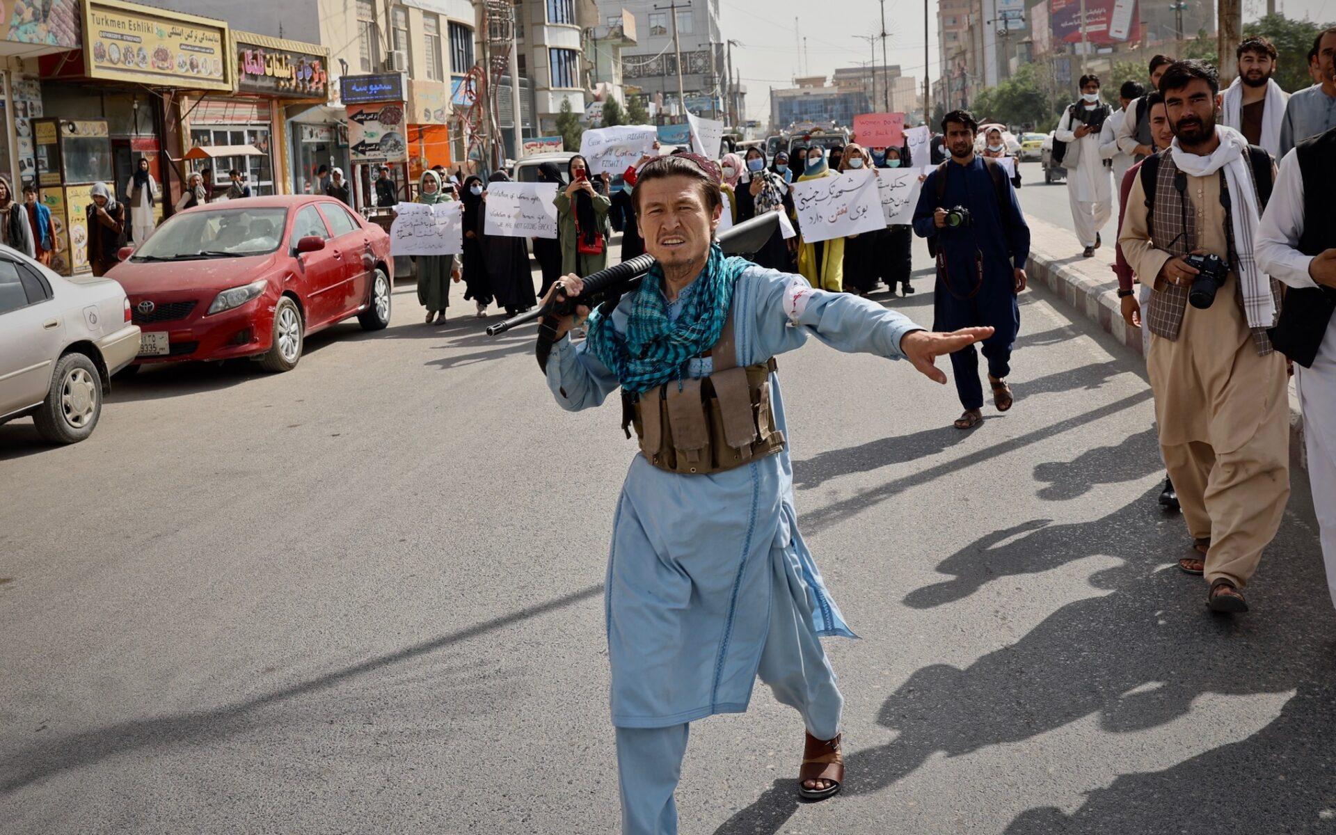 Taliban hindrar journalister i Mazar-e-Sharif från att bevaka kvinnor som protesterar mot den nya regimen.