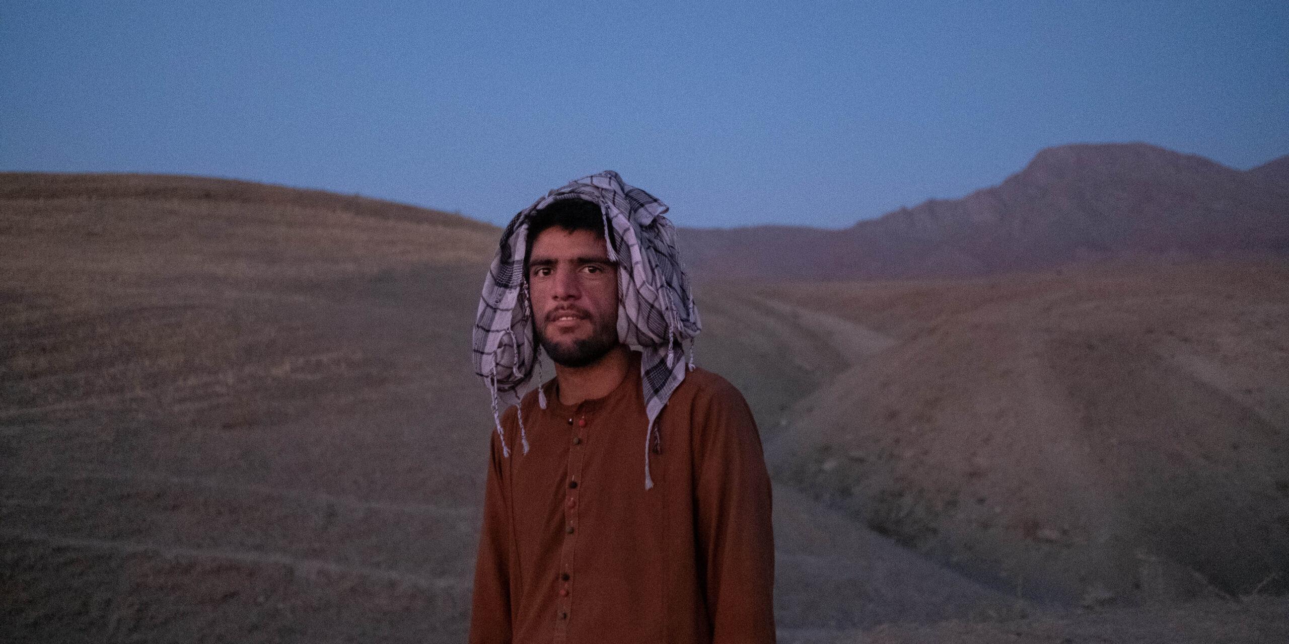 Hamid, flykting från Afghanistan har tagit sig till Vann Turkiet. Här väntar han på att smugglare ska ta honom vidare.