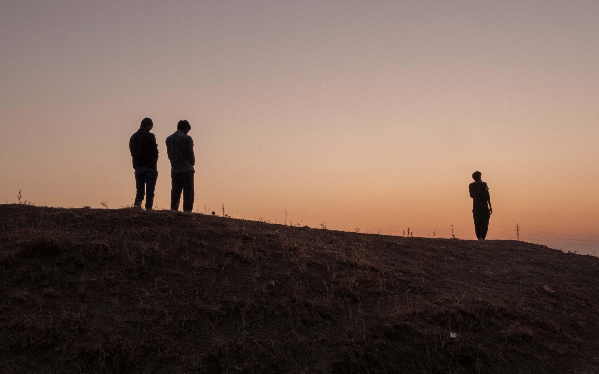 Hamid och hans vänner vänder sig mot Mecka och ber.