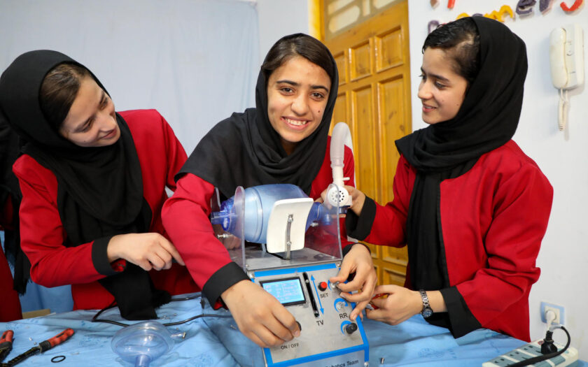 Den 5 augusti 2020 i Herat, Afghanistan, 17 årig Somaya Faruqi och hennes vänner, som uppfann en respirator, som de byggt av gamla bildelar.