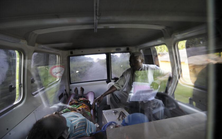 En ambulans från Läkare utan gränser kör en patient till sjukhuset i DR Kongo